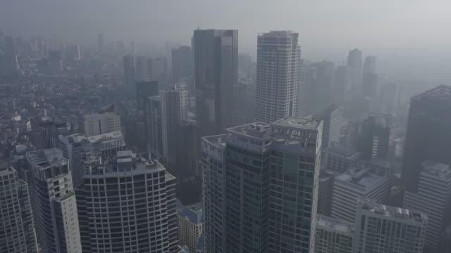 vídeos y material grabado en eventos de stock de vuelo aéreo ascendente sin calificación a través del distrito financiero que revela el horizonte de la ciudad metropolitana. drone, 4k. - sudeste