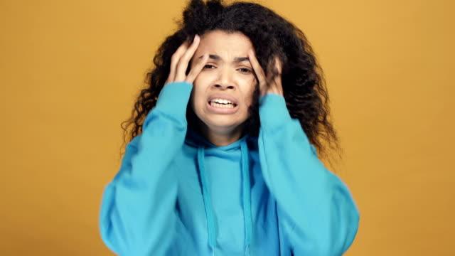 stockvideo's en b-roll-footage met ongelukkige en beklemtoonde afro amerikaanse vrouw. - curly brown hair