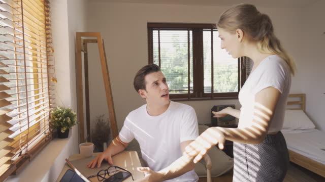 vídeos y material grabado en eventos de stock de pareja infeliz discutiendo sobre obras y problema de relación - violencia doméstica