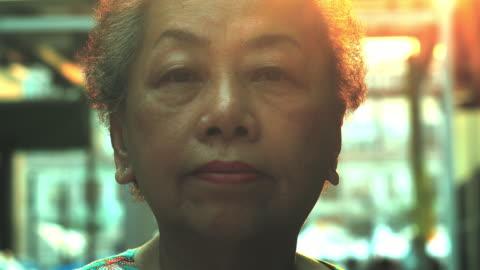 vidéos et rushes de vieille femme malheureuse regardant - portrait