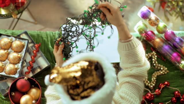unglücklich eisig weibliche halten verworrene weihnachtsbeleuchtung - girlande dekoration stock-videos und b-roll-filmmaterial