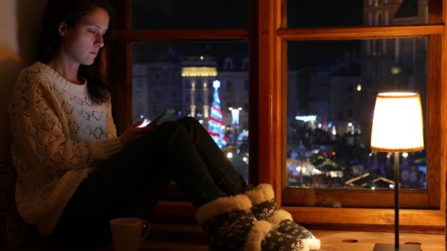 unglückliche sms auf smartphone - online dating stock-videos und b-roll-filmmaterial