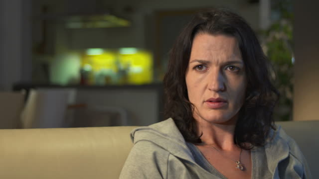 stockvideo's en b-roll-footage met hd dolly: unhappy woman watching tv - mid volwassen vrouw