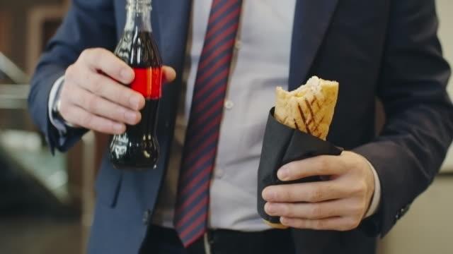 vídeos de stock, filmes e b-roll de insalubre almoço - refrigerante