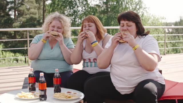 vídeos de stock, filmes e b-roll de refeição saudável - junk food