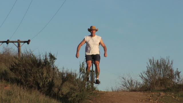 unicycle man 3 - eksantrik stok videoları ve detay görüntü çekimi