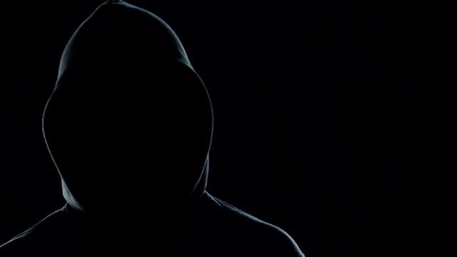 vídeos y material grabado en eventos de stock de hombre no identificado con una jeringa grande con benzodiacepinas, a la espera de la víctima - human trafficking
