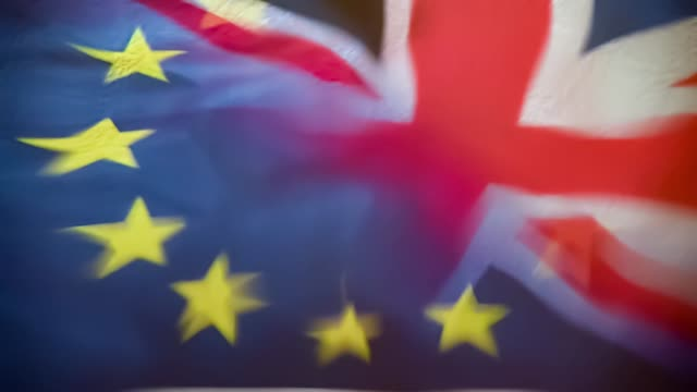 förenade kungarikets förbundskapitor och eu-flaggor återspeglas i slow motion water splash i mitten. - brexit bildbanksvideor och videomaterial från bakom kulisserna