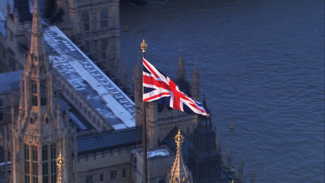 union jack volare nel parlamento britannico - democrazia video stock e b–roll