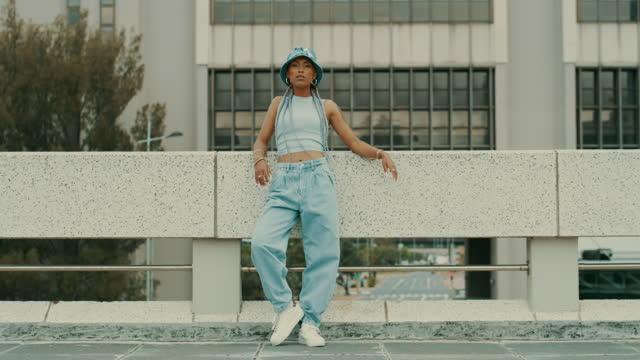 vidéos et rushes de le style unique est mieux assorti avec la confiance en soi - chapeau
