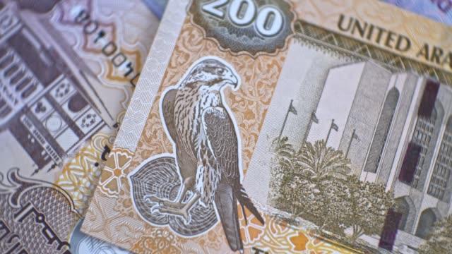 banconota da 200 dirham degli emirati arabi uniti, primo piano di denaro emiratino degli emirati arabi uniti - opec video stock e b–roll