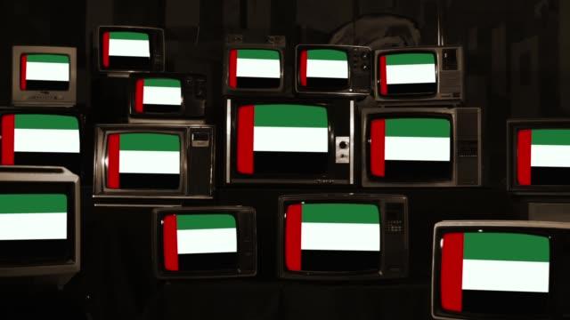 birleşik arap emirlikleri bayrakları ve vintage televizyonlar. - uae flag stok videoları ve detay görüntü çekimi