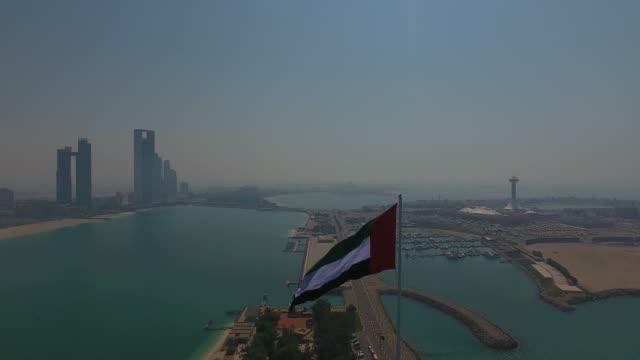 birleşik arap emirlikleri bayrağı havadan görünümü - uae flag stok videoları ve detay görüntü çekimi