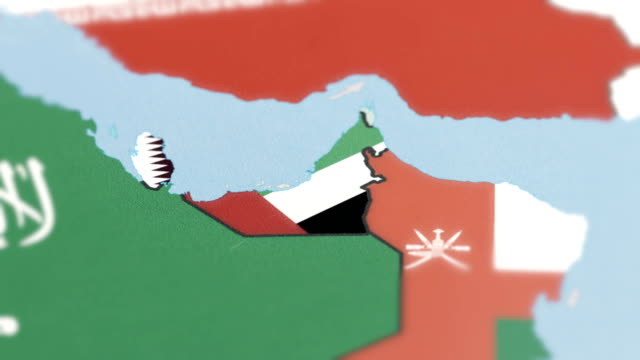 birleşik arap emirlikleri, katar sınırları ile dünya haritası üzerinde ulusal bayrak - uae flag stok videoları ve detay görüntü çekimi