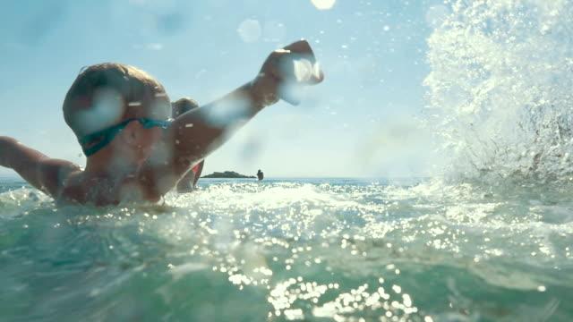 Uni famille jouant dans l'eau de mer et les éclaboussures - Vidéo