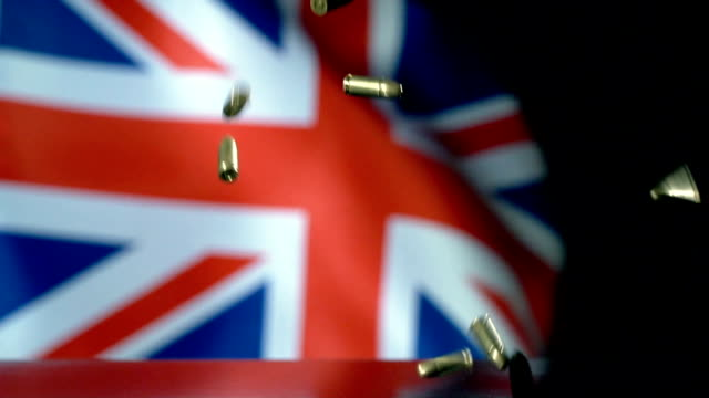 vidéos et rushes de drapeau du royaume-uni derrière des balles tombant au ralenti - première guerre mondiale