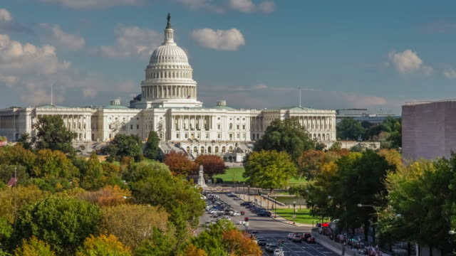 Bâtiment de Capitol des États Unis et Pennsylvania Avenue à Washington, DC - 4k/UHD - Vidéo