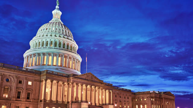 birleşik devletler kongre binası. gece. zaman atlamalı. - amerika kıtası stok videoları ve detay görüntü çekimi