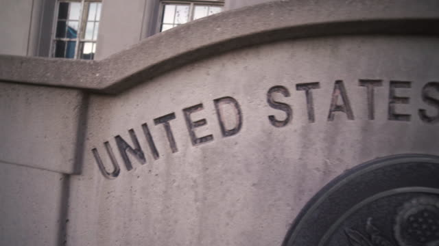 united states courthouse sign - governo video stock e b–roll