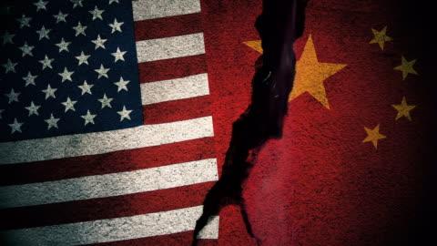 vidéos et rushes de etats-unis vs chine drapeaux sur mur fissuré - chinois