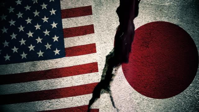 abd rakip japonya bayrakları kırık duvarda - amerika kıtası stok videoları ve detay görüntü çekimi