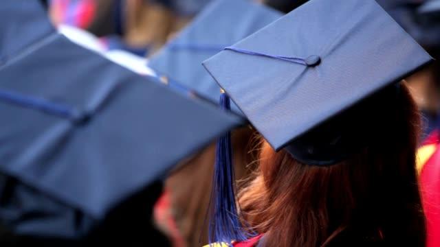vídeos de stock, filmes e b-roll de graduados universitários - beca