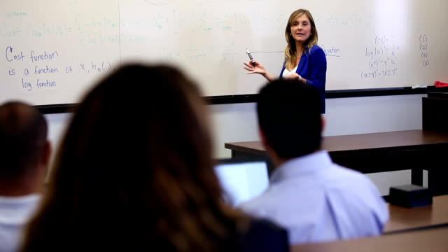 universitätsprofessor präsentiert vorlesung im klassenzimmer - dozenten stock-videos und b-roll-filmmaterial