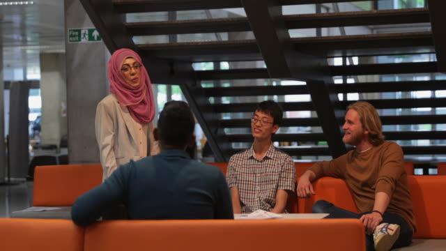 studenten, die eine diskussion - redner stock-videos und b-roll-filmmaterial
