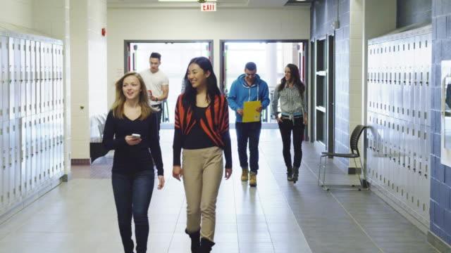 vídeos de stock, filmes e b-roll de estudantes universitários usando laboratório de informática - armário com fechadura