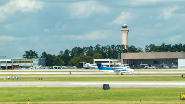 stockvideo's en b-roll-footage met unmarked charter private aircraft at houston bush airport iah - klein
