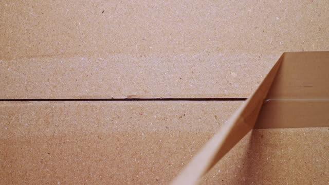 vídeos de stock e filmes b-roll de unpacking cardboard box - castanho
