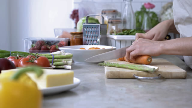 vídeos de stock e filmes b-roll de unrecognisable person chopping vegetables for a salad - vegetables