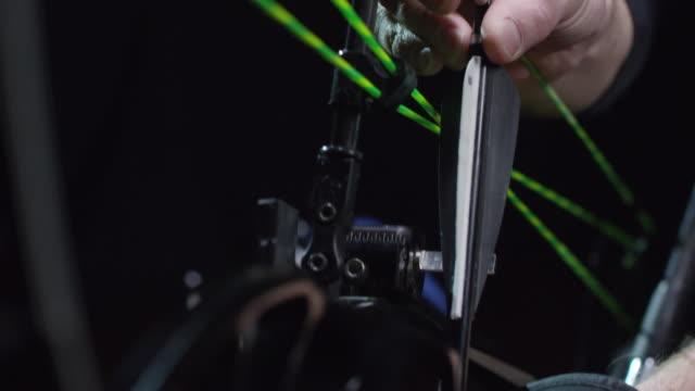 vidéos et rushes de archer méconnaissable chargement bow - tir à l'arc