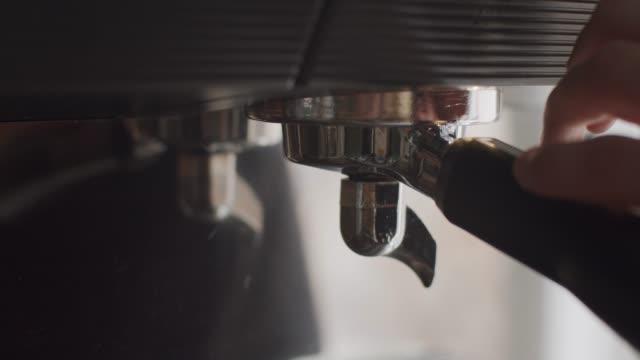 nicht erkennbarbar barista attaching portafilter - cappuccino stock-videos und b-roll-filmmaterial