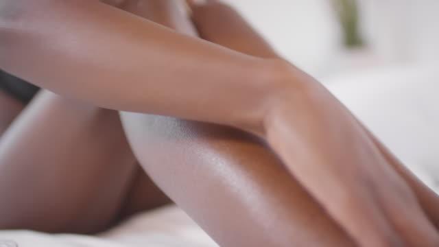 oigenkännlig svart kvinna tillämpa grädde på ben - ben bildbanksvideor och videomaterial från bakom kulisserna