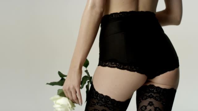 Irreconocible cuerpo de mujer joven, usando ropa interior de encaje negro. - vídeo
