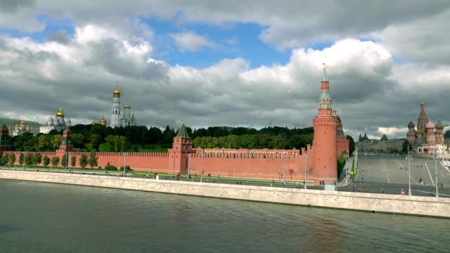 oigenkännliga fjärran maraton löpare mot ryska berömda landmärken: moskva kremlin, röda torget och vasilijkatedralen. fullhd vid skott - tävlingsdistans bildbanksvideor och videomaterial från bakom kulisserna