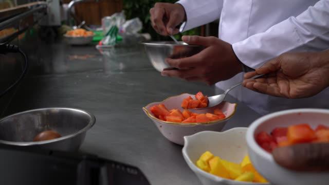 bir restoranda farklı yemekler hazırlayan aşçıların tanınmayan çeşitli ekibi - chef stok videoları ve detay görüntü çekimi