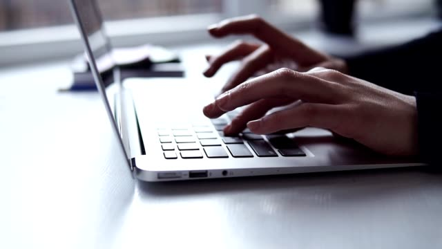 vídeos de stock, filmes e b-roll de mãos femininas irreconhecíveis com manicure precisa digitar algo no teclado do computador portátil - college people laptop