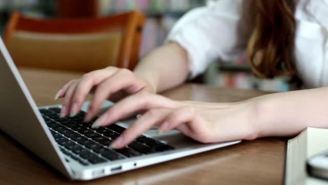 認識できない女子学生のラップトップを使用して、ライブラリ、リアルタイム。 - パソコン 日本人点の映像素材/bロール