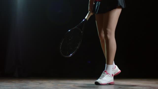 vídeos de stock e filmes b-roll de unrecognizable female tennis player bouncing ball - ténis calçado desportivo