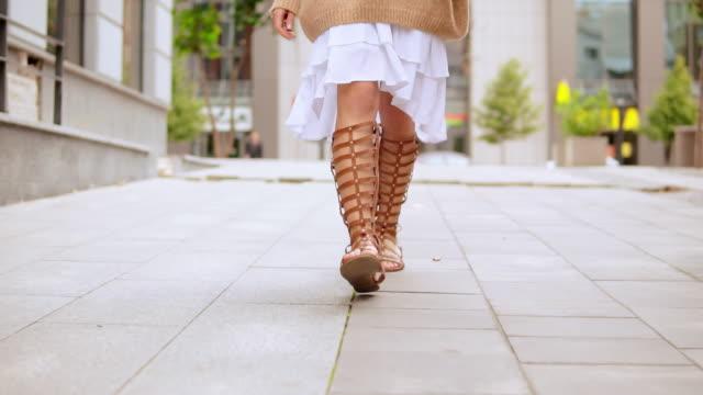 認識できない女の子が通りを歩いて - 靴点の映像素材/bロール
