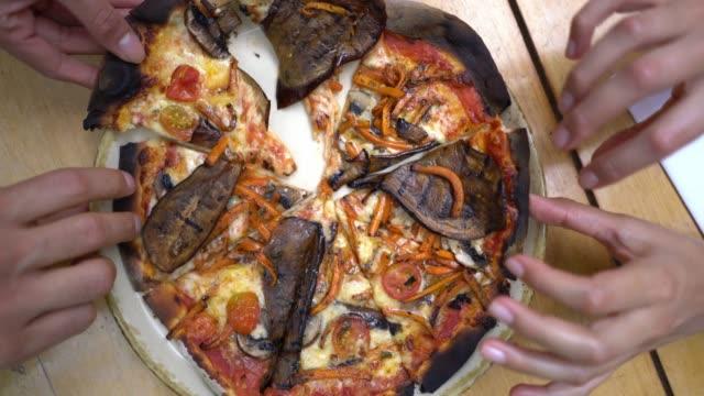 nicht erkennbare gruppe von freunden in einem restaurant einer pizza teilen, jeder packte eine scheibe - vegetarisches gericht stock-videos und b-roll-filmmaterial