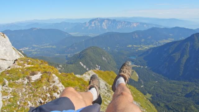 ジュリアンアルプスの景色を楽しむpov認識できないハイカー - 人の脚点の映像素材/bロール