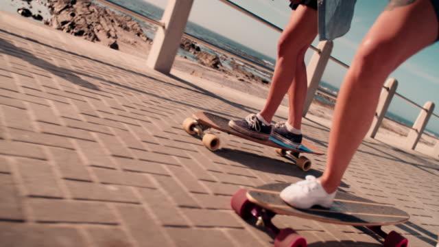 riconoscibile basso angolo girato di ragazze adolescenti da skateboard - pantaloncini video stock e b–roll