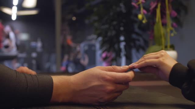 sağlık kulübünde tanınmayan adam - hotel reception stok videoları ve detay görüntü çekimi
