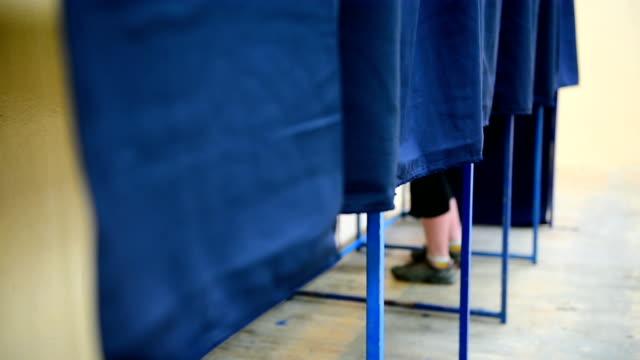 vídeos y material grabado en eventos de stock de personas no reconocibles votar dentro de áreas - polling place
