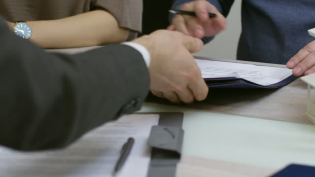 unerkennbare realtor signieren dokumente mit kunden - hypothek stock-videos und b-roll-filmmaterial