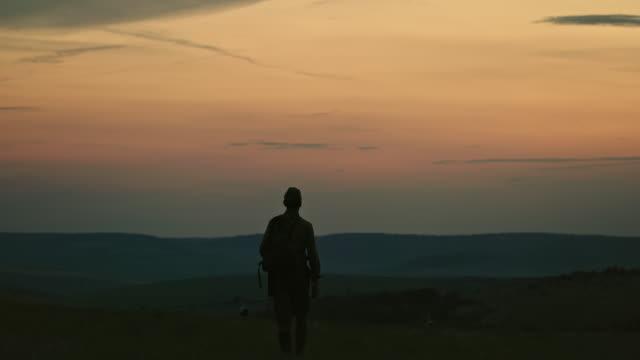 朝戦争に行く認識できない兵士 - 戦う点の映像素材/bロール