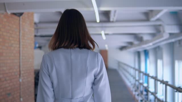 terapista irriconoscibile va in casa - dorso umano video stock e b–roll